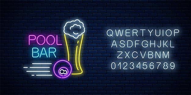 Świecący neonowy znak baru z basenem, w tym szklanka piwa i kula bilardowa z alfabetem. szyld pubu ze stołem bilardowym. ilustracja wektorowa na tle ciemnego ceglanego muru.