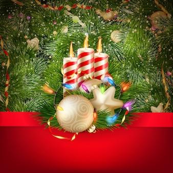Świece i ozdoby świąteczne na tle śniegu.