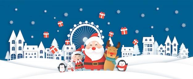 Święta bożego narodzenia z mikołajem i uroczymi zwierzętami w śnieżnym miasteczku na kartki świąteczne