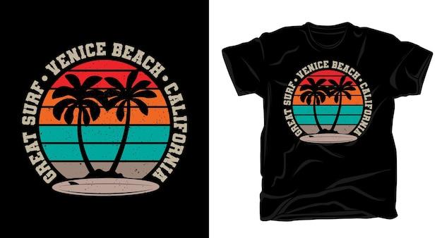 Świetna typografia surf venice beach w kalifornii z palmami i t-shirtem vintage z deską surfingową