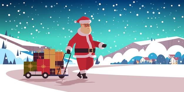 Święty mikołaj ciągnie wózek na wózek z prezentowymi pudełkami wesołych świąt ferii zimowych uroczystość koncepcja krajobraz krajobrazu wiejskiego poziomy płaski wektor