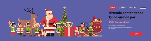 Święty mikołaj elfy renifery w pobliżu jodła ozdoba pudełko świąteczne święto nowego roku