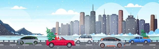 Święty mikołaj prowadzący samochód z jodłą wesołych świąt szczęśliwego nowego roku obchody wakacji