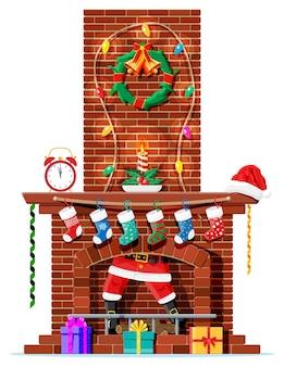 Święty mikołaj utknął w kominie. kominek ze skarpetkami, świeczką, pudełkiem prezentowym, wieńcem, girlandą. szczęśliwego nowego roku ozdoba. wesołych świąt bożego narodzenia. obchody nowego roku i bożego narodzenia. wektor ilustracja płaski styl