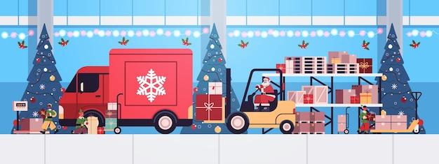 Święty mikołaj w masce wózek widłowy ładowanie kolorowe prezenty w ciężarówce ciężarówka wesołych świąt szczęśliwego nowego roku koncepcja ekspresowej dostawy pozioma ilustracja wektorowa