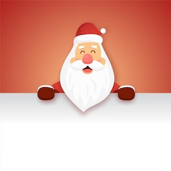 Święty mikołaj z dużym szyldem na boże narodzenie. kreatywna koncepcja na powitanie wakacji.