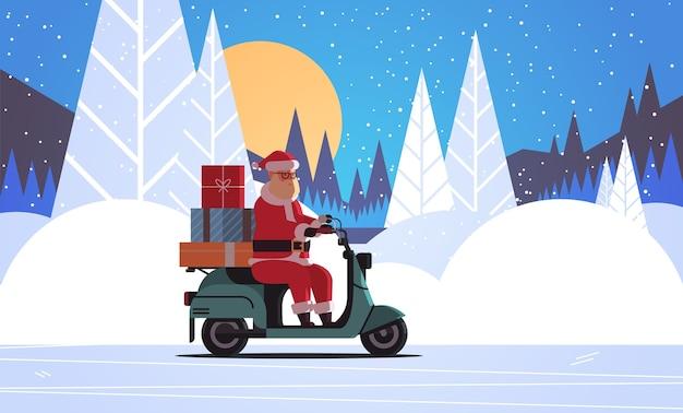 Święty mikołaj z prezentowymi pudełkami jazda skuter dostawy wesołych świąt ferie zimowe koncepcja uroczystości noc las pełnia księżyca krajobraz pozioma płaska wektorowa ilustracja