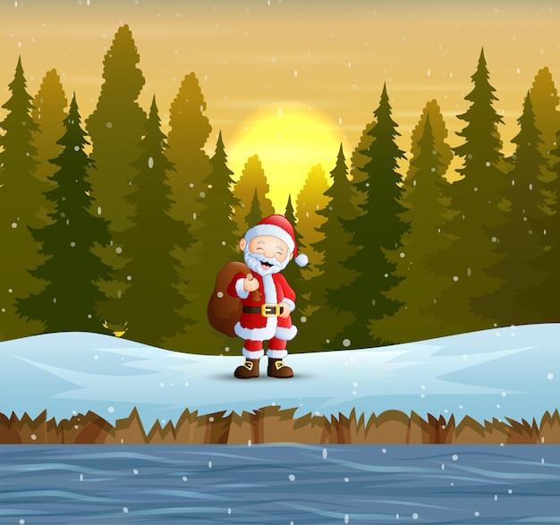 Święty mikołaj z workiem prezentów w lesie
