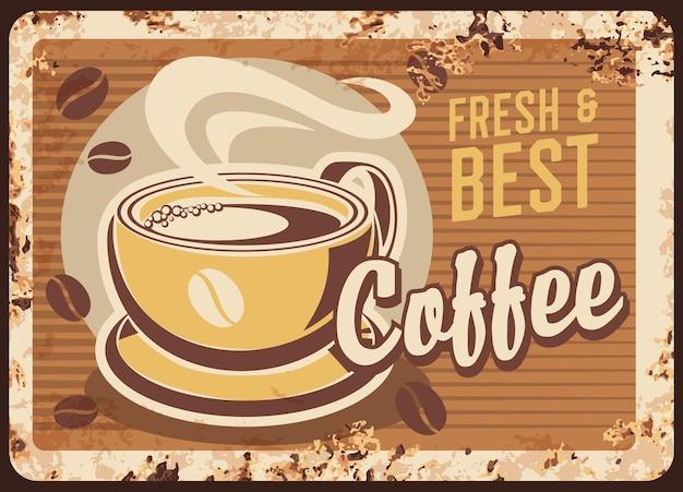 Świeża najlepsza kawa parująca filiżanka zardzewiały metalowy talerz