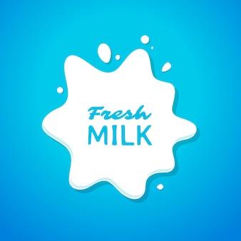Świeże mleko splash na niebiesko
