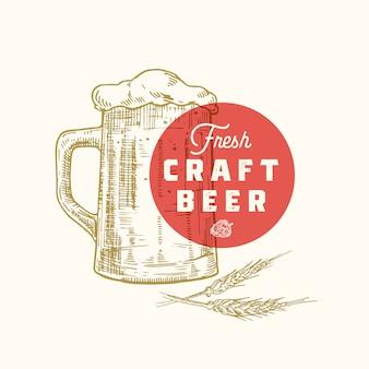 Świeże piwo rzemieślnicze streszczenie znak, symbol lub szablon logo. ręcznie rysowane retro kufel piwa, chmiel i klasyczna typografia. godło rocznika piwa lub etykiety.