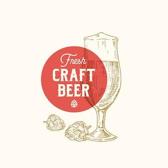 Świeże piwo rzemieślnicze streszczenie znak, symbol lub szablon logo. ręcznie rysowane retro szkło, chmiel i klasyczna typografia. godło rocznika piwa lub etykiety. odosobniony.