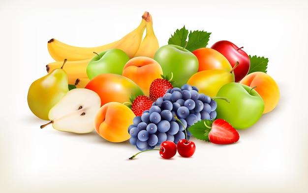 Świeże soczyste owoce i jagody na białym tle.