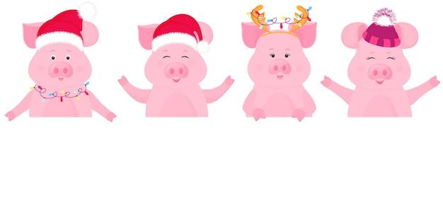 Świnie w strojach świątecznych zachowują pusty sztandar. czapka świętego mikołaja, czapka z futrzanym kapeluszem.