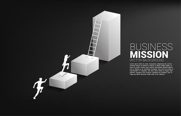 Sylwetka biznesmen działa, aby przejść na wykres słupkowy z drabiną.