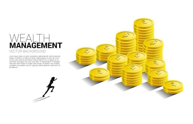 Sylwetka biznesmen działa do szczytu stosu monet.