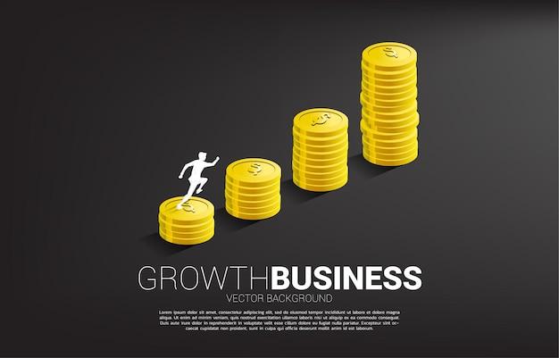 Sylwetka biznesmen działa na wykresie wzrostu ze stosem monet.