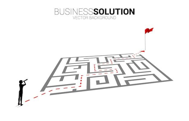 Sylwetka biznesmen patrząc przez teleskop stojący na trasie do labiryntu do celu. koncepcja biznesowa do rozwiązywania problemów i znajdowania pomysłu.