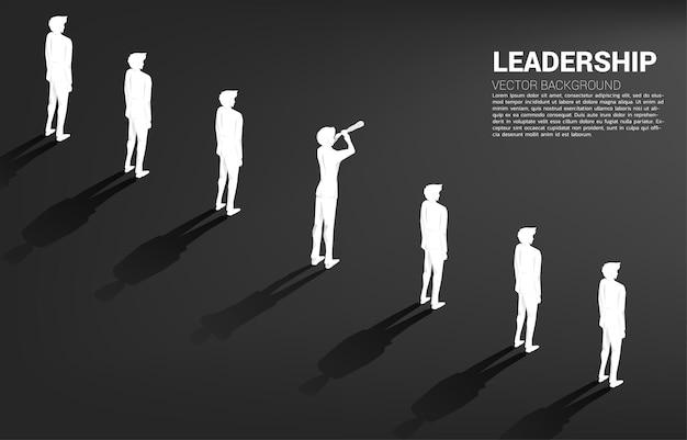Sylwetka biznesmen patrząc przez teleskop stojący w rzędzie. koncepcja biznesowa dla lidera firmy i influencera.