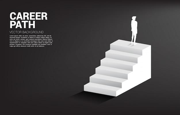 Sylwetka biznesmen pozycja na górze schodka