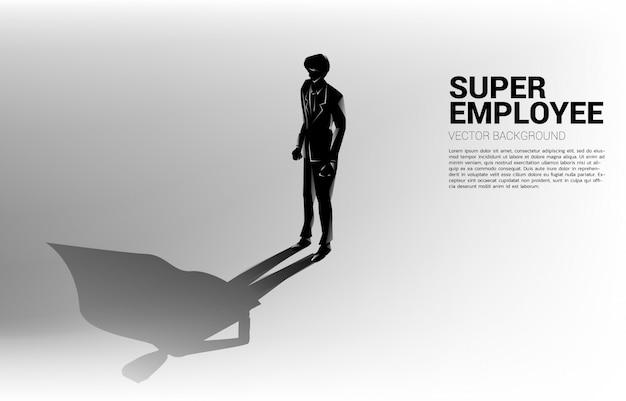 Sylwetka biznesmena i jego cień superbohatera. koncepcja wzmocnienia potencjału i zarządzania zasobami ludzkimi