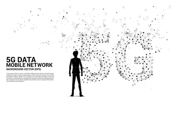Sylwetka biznesmena i wielokątna kropka łączy sieć komórkową 5g w kształcie linii. koncepcja technologii i sieci mobilnych kart sim.
