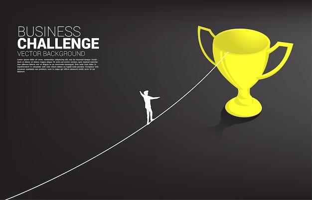 Sylwetka biznesmena odprowadzenie na linowym spaceru sposobie złoty trofeum szablon