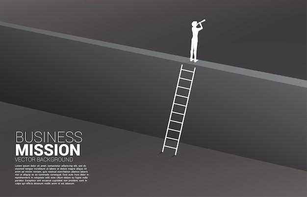 Sylwetka biznesmena patrząc przez teleskop na ścianie z drabiną. koncepcja wizji misja i cel biznesu