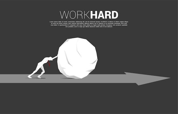 Sylwetka biznesmena pchanie skały na strzałkę. pojęcie wyzwania biznesowego i ciężkiej pracy.