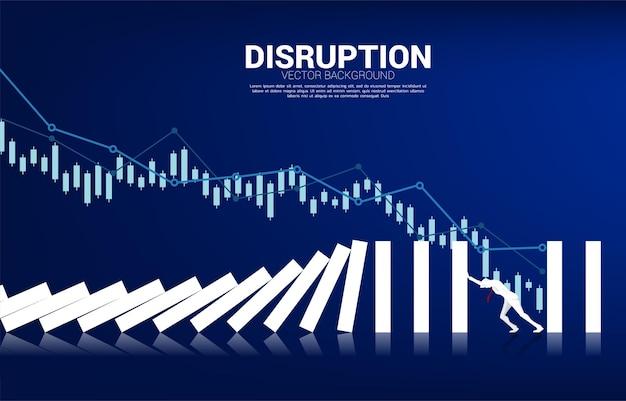 Sylwetka biznesmena popychając do zatrzymania spadania domina. koncepcja biznesowa próby powstrzymania efektu domina