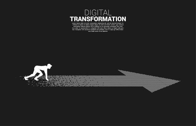 Sylwetka biznesmena w gotowej pozycji na strzałce z piksela. koncepcja cyfrowej transformacji biznesu.