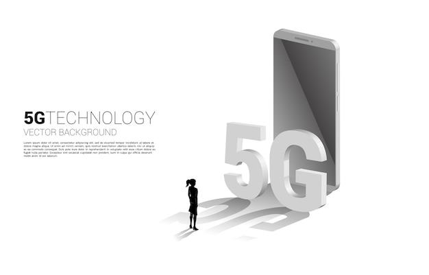 Sylwetka bizneswoman dotyka 3d izometryczny 5g i telefon komórkowy. koncepcja technologii telefonii komórkowej i telekomunikacji.