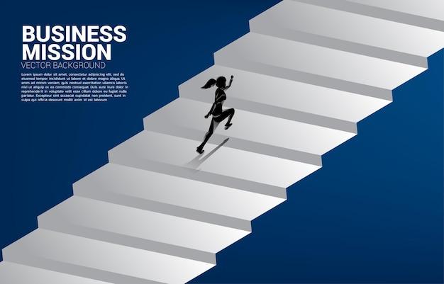 Sylwetka bizneswoman podbiega po schodach. pojęcie osób gotowych na podniesienie poziomu kariery i biznesu.