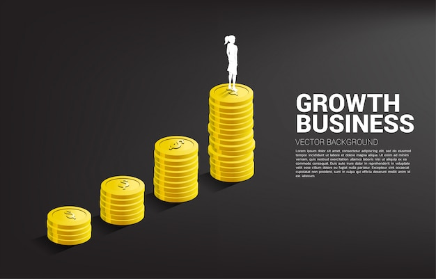 Sylwetka bizneswoman pozycja na górze wzrostowego wykresu z stertą moneta.