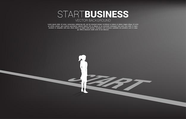 Sylwetka bizneswoman pozycja przy początek linią