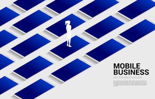 Sylwetka bizneswoman stojąca z dużym telefonem komórkowym. koncepcja biznesowa technologii mobilnej z biznesem.