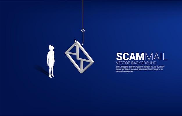 Sylwetka bizneswoman stojący z haczykiem z ikoną e-mail. pojęcie oszukańczej poczty i phishingu.