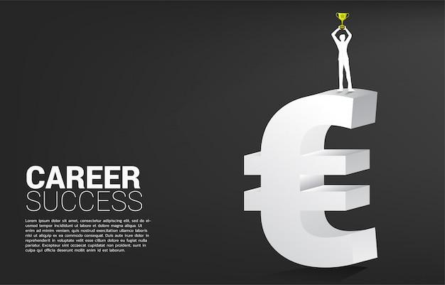 Sylwetka bizneswoman z trofeum filiżanką na pieniądze euro ikonie. koncepcja sukcesu firmy i ścieżka kariery w strefie euro.