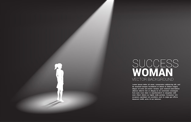 Sylwetka bizneswomany stoi w światła reflektorów tle