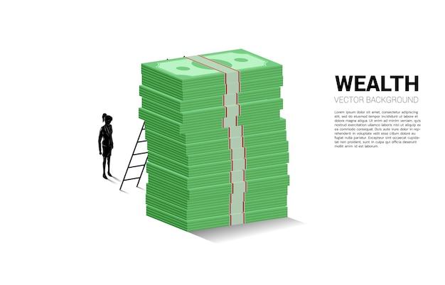 Sylwetka businesswoman stojącej ze stosem banknotów i drabiny.