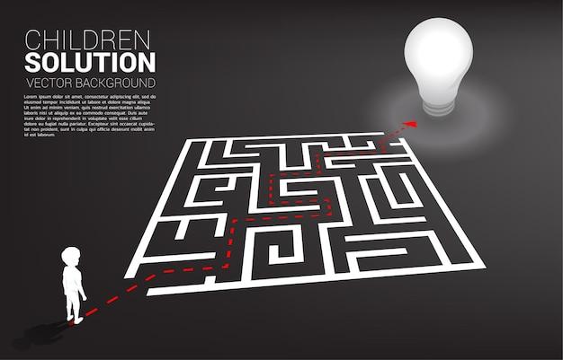 Sylwetka chłopca ze ścieżką do wyjścia z labiryntu do żarówki. sztandar rozwiązania edukacyjnego i przyszłości dzieci.