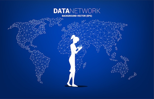 Sylwetka kobiety za pomocą telefonu komórkowego z tłem wielokąta mapy świata. koncepcja pracy zdalnej z domu i technologii.