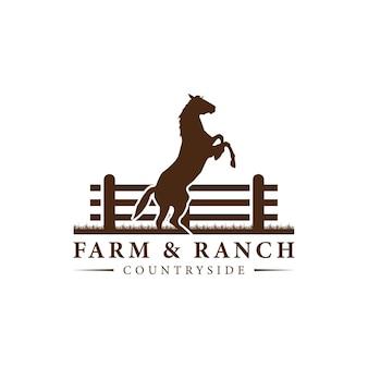 Sylwetka konia za drewnianym ogrodzeniem padok na vintage retro rustykalne wiejskie logo ranczo w zachodniej wiejskiej farmie