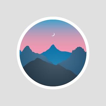 Sylwetka krajobraz gór o zmierzchu z nocnym niebem i księżycem na tle zakreśloną naklejką lub logo.