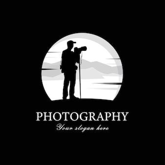 Sylwetka mężczyzna fotograf patrząc w kamerę.