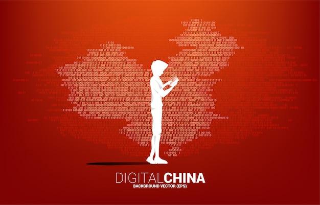 Sylwetka mężczyzna z telefonem komórkowym w ręce z porcelanową mapy binarną grafiką. koncepcja cyfrowego juana finansowego i bankowego.