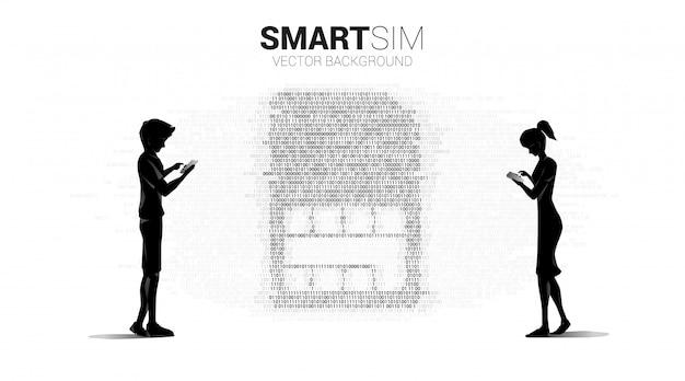 Sylwetka mężczyzny i kobiety używa telefonu komórkowego z cyfrową kartą sim z binarnym stylem graficznym. koncepcja technologii mobilnej i sieci.