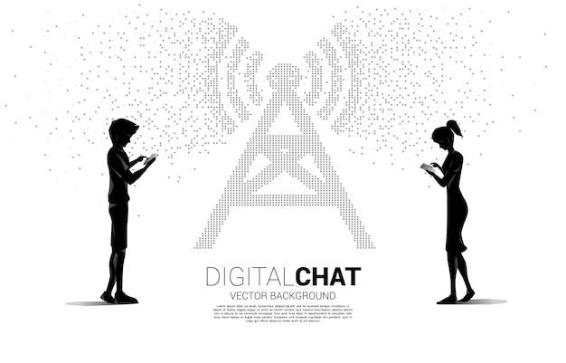 Sylwetka mężczyzny i kobiety używa telefonu komórkowego z ikoną wieży antenowej w stylu transformacji pikseli. koncepcja przesyłania danych w sieci komórkowej i wi-fi.