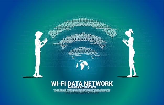 Sylwetka mężczyzny i kobiety z telefonem komórkowym i ikoną sieci wi-fi. koncepcja globalnej sieci telekomunikacji mobilnej.