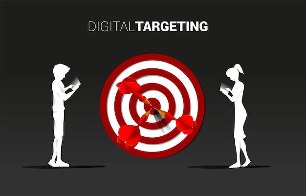 Sylwetka mężczyzny i kobiety z telefonem komórkowym z tarczą. koncepcja biznesowa celu marketingu online i klienta